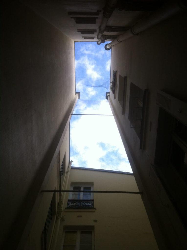 cour-interieure-lumiere-du-ciel-bleu-soleil-potentiel-luminosite
