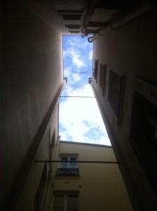 Blick auf den Himmel vom Innenhof