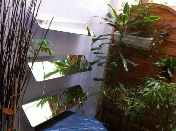 reflecteur-mural-plantes-vertes-jardiniere-espaciel-luminosite-capte-la-lumiere-du-ciel-rediriger-dans-la-piece-cour-interieure