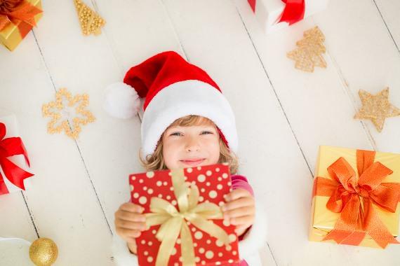 enfant-cadeau-Noël-espaciel-heureux-chapeau-de-pere-noel-rouge-et-blanc