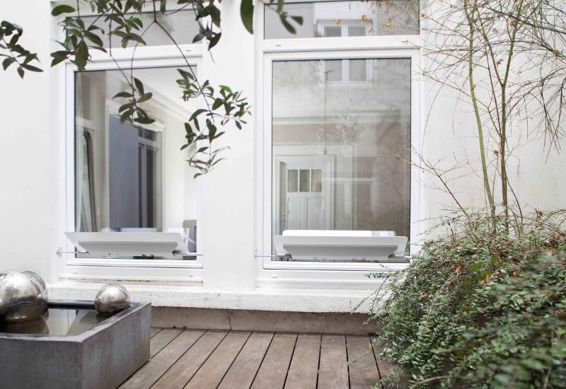 reflecteur-fenetre-vu-de-la-cour interieure-pour-une-lumiere-naturelle-dans-la-piece