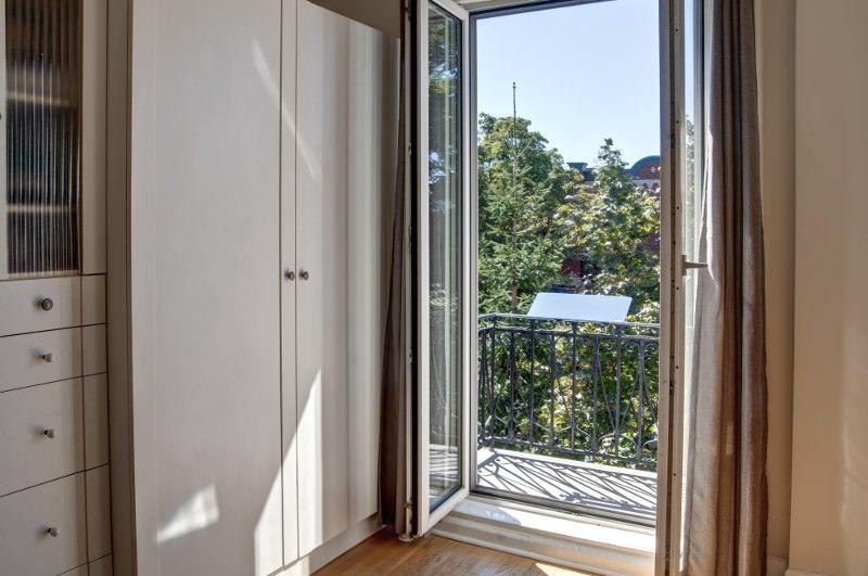 reflecteur-balcon-solaire-lumiere-naturelle-pose-sur-la-balustrade-lumiere-dans-la-piece-espaciel
