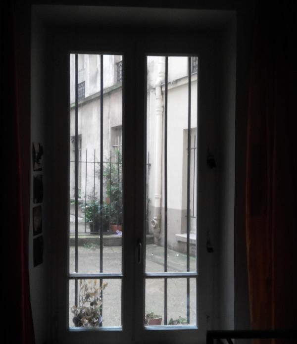 fenetre-vu-interieur-sombre-noir-manque-de-lumiere-appel-espaciel-pour-retrouver-la-lumiere-dans-son-studio-parisien