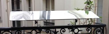 reflecteur-balcon-fixé-à-la-balustrade-incliner-pour-apporter-la-lumiere-dans-la-piece-rayon-soleil-entre-dans-son-studio-rez-de-chaussée