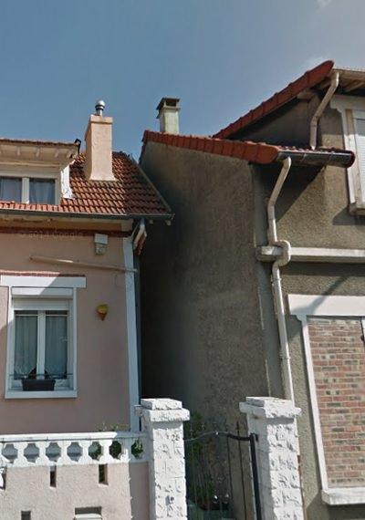 facade-de-la-maison-vis-à-vis-manque-de-lumiere-fenetre-de-la-piece-de-vie-donnant-entre-l'exterieur-des-deux-maisons