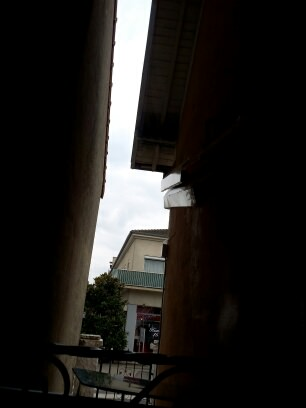 cour-entre-les-deux-maisons-vu-exterieur-de-la-fenetre-sombre-vis-à-vis-manque-de-lumiere-dans-sa-piece-de-vie