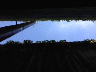 mur-epais-etroit-qui-evite-la-lumiere-de-passer-ciel-lumineux-mais-manque-de-lumiere-en-rez-de-chaussee