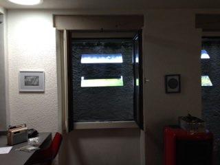 reflecteur-mural-installé-sur-le-mur-devant-la-fenetre-pour-eclairer-un-interieur-rendre-plus-lumineux-gagner-de-la-luminosite-capter-la-lumiere-pour-la-faire-entrer-dans-son-interieur