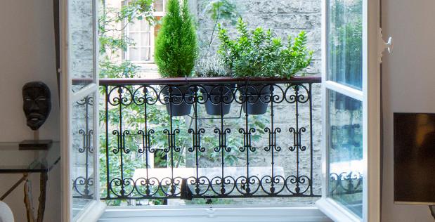 reflecteur-balcon-installe-sur-une-balustrade-en-fer-forge