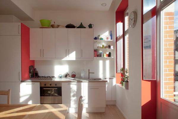 cuisine-rouge-avec-reflecteur-mural-en-horizontal