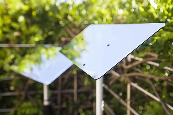 surface-des-reflecteurs-de-lumiere-sur-une-terrasse