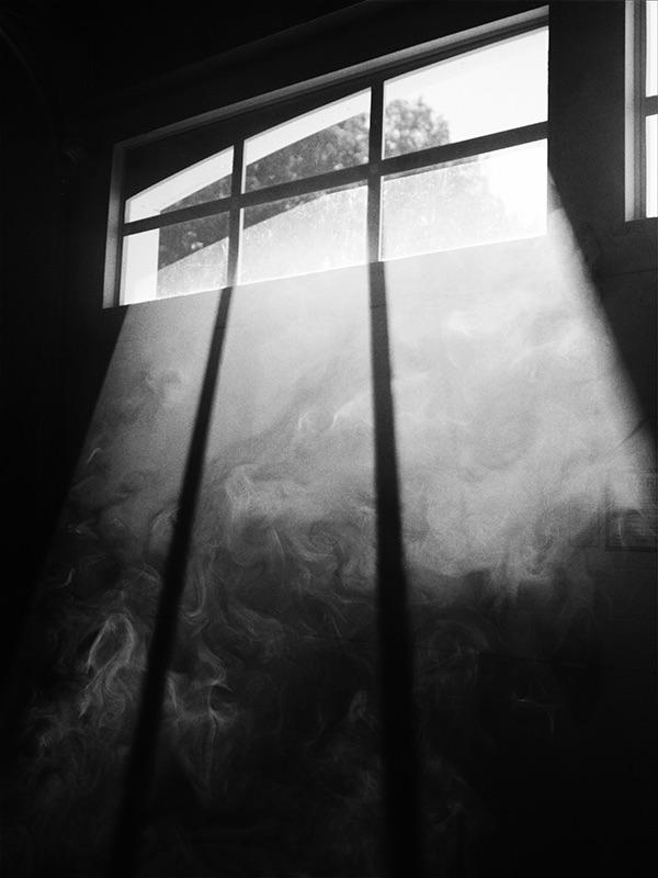 fenetre-vu-de-l-interieur-en-noir-et-blanc