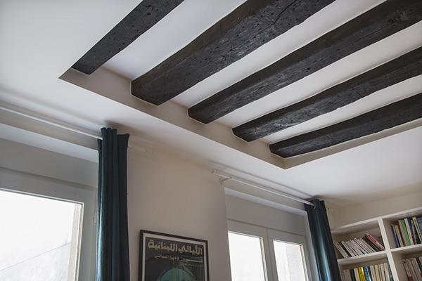 poutre-en-bois-sur-le-plafond-de-l-appartement-dans-le-salon