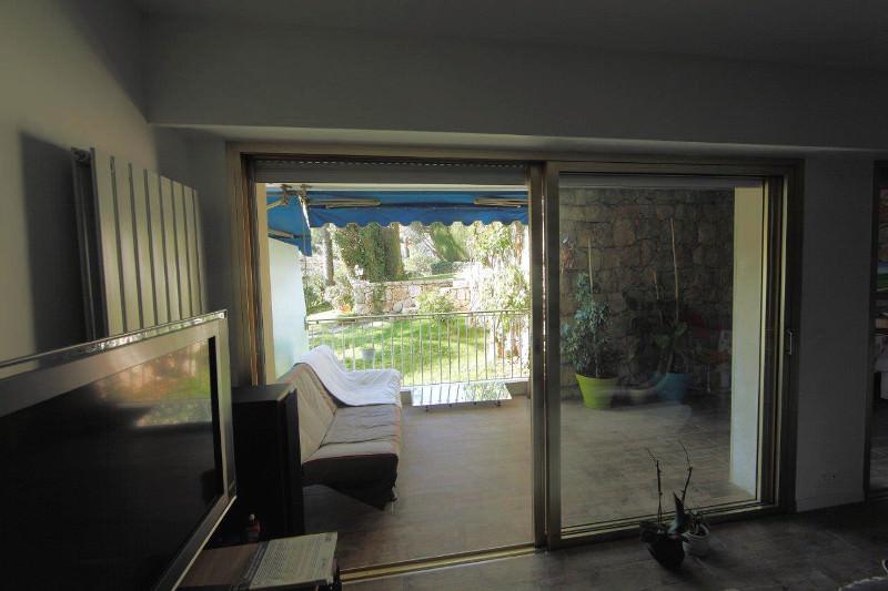 reflecteur-terrasse-espaciel-installe-sur-la-terrasse-avec-au-dessus-un-balcon-casquette