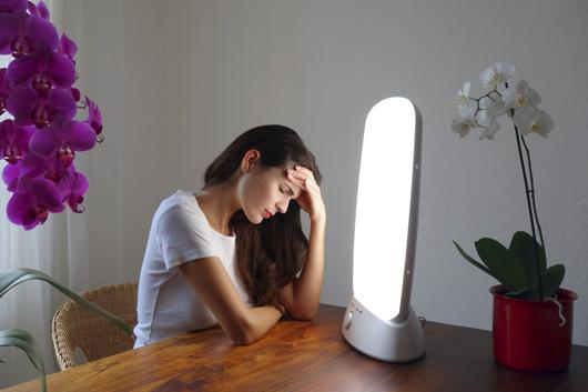 femme-qui-fait-une-seance-de-luminotherapie