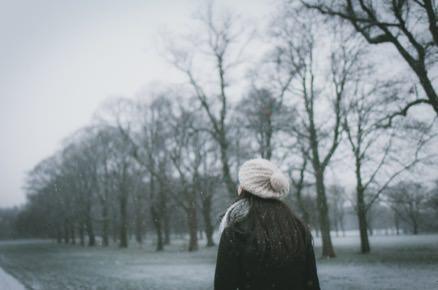 femme-qui-marche-en-plein-hiver