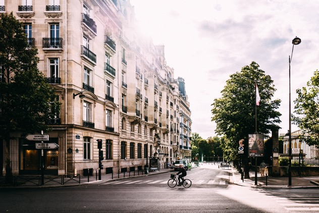 rue-de-paris-ensoleillée-au-printemps