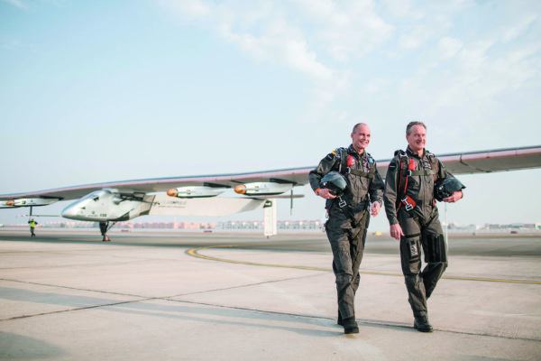 bertrand-picard-et-son-co-pilote-devant-solar-impulse