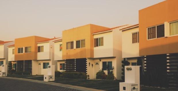 quartier-de-maisons-jumelles-avec-piece-en-sous-sol