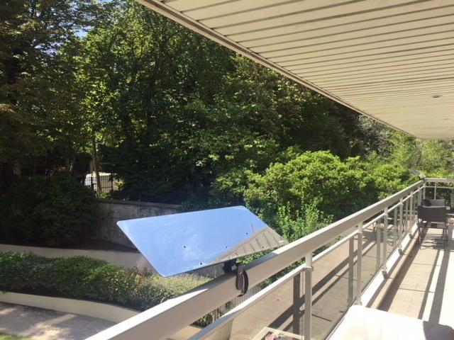 réflecteur-balcon-solaire-installé-sur-une-balustrade-pleine