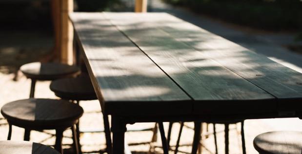 table-en-bois-avec-tabourets-en-exterieur