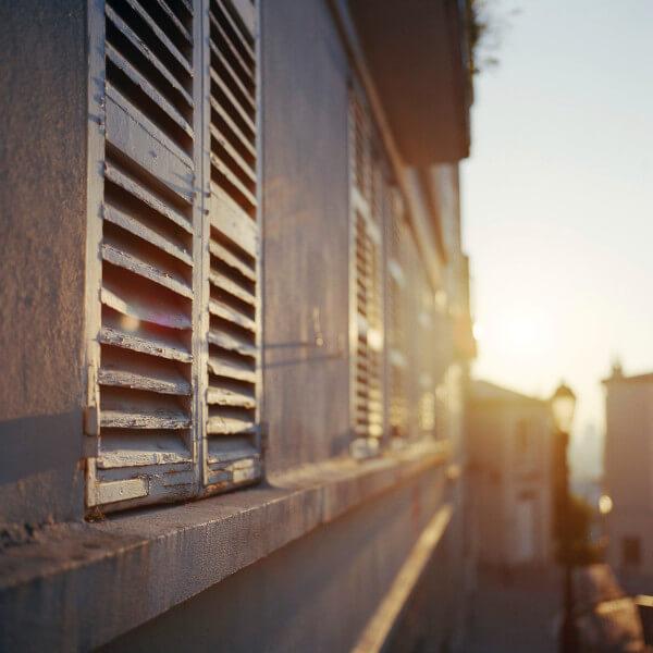 fenêtre avec les rayons du soleil pour éclairer naturellement sa maison de ville