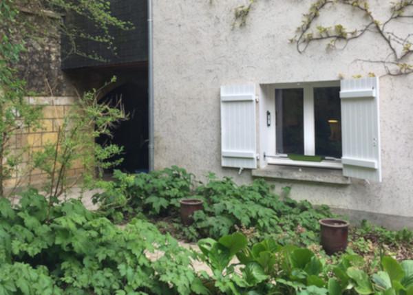 la fenêtre de la cuisine de la maison troglodyte avec le réflecteur fenêtre