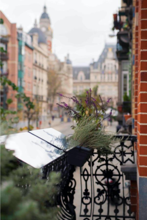 réflecteur balcon permettant de capter la lumière du ciel pour la rediriger dans un intérieur faire entrer la lumière du jour