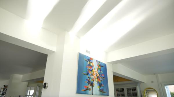 les rayons du soleil sont orientés dans son intérieur pour avoir une maison plus lumineuse et agréable