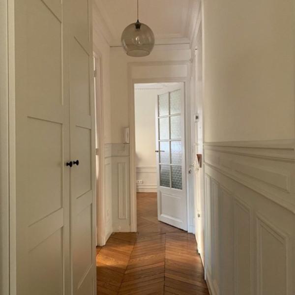 l'intérieur de l'appartement haussmanien, la lumière naturelle et les rayons de soleil sont essentielles pour le bien-être et le confort de vie