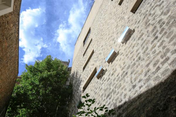 mur mitoyen équipé de réflecteurs patio solaire permettant de rediriger les rayons du soleil et ensoleiller la terrasse du restaurant