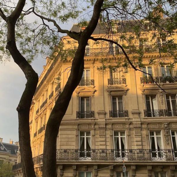 victoria réside dans un appartement haussmannien, il manque de lumière naturelle dans son intérieur