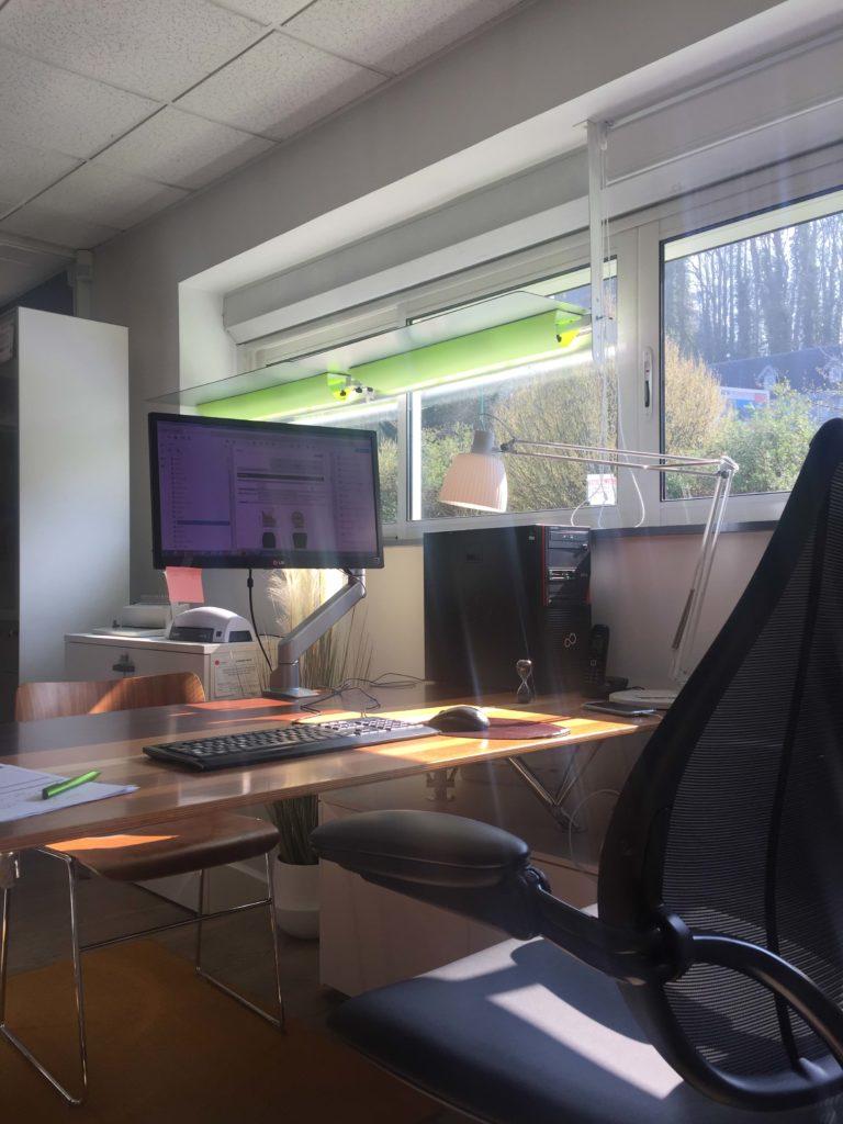 les réflecteurs de lumière laissent passer la lumière dans les bureaux pour permettre du bien-être en lumière naturelle et une bonne ergonomie au travail