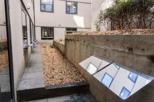 les réflecteurs muraux espaciel fixés devant les ouvertures pour éclairer naturellement l'espace de travail