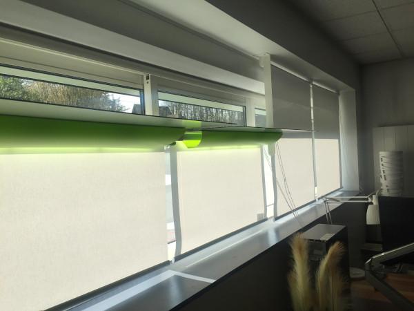 les stores des Réflecteurs Upstore sont déroulés pour tamiser la lumière pour une lumière du jour naturelle au bureau