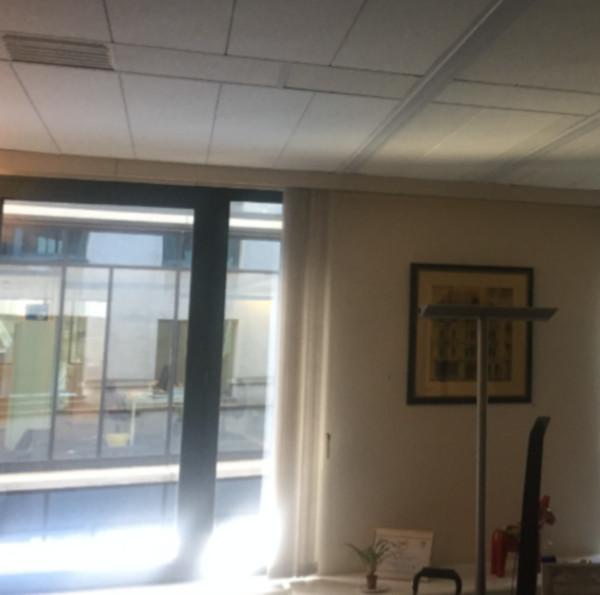 le réflecteur espaciel est installé devant l'ouverture pour illuminer les bureaux sombres et améliorer le confort au travail