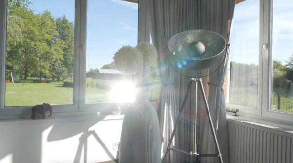 témoignage client de sophie qui éclaire et fait rentrer les rayons du soleil dans son intérieur avec le Réflecteur Jardin Motorisé