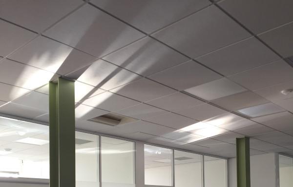 le réflecteur upstore combine la lumière naturelle avec un store pour le confort visuel idéal pour les bureaux ou rez-de-chaussée