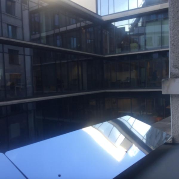 le Réflecteur Mural est fixé devant l'ouverture de la fenêtre pour capter la lumière du ciel et la rediriger dans le bureau sombre