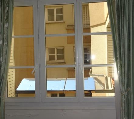 L'attribut alt de cette image est vide, son nom de fichier est reflecteur-balcon-fixes-sur-la-balustrade-cour-exterieure.jpg.